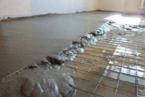 Заливка цементно-песчаной стяжки